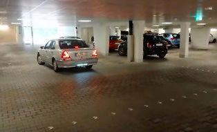 Nowoczesny czujnik parkowania w starym Mercedesie