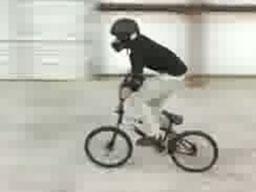 Latają na rowerach