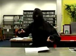 Ninja chroniący ciszę w bibliotece
