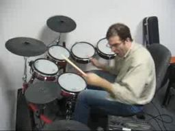 Biurowy perkusista death metalowy