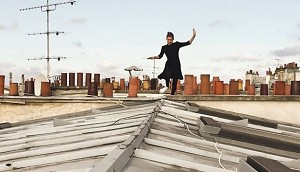 Młoda Paryżanka skacze po dachach Paryża