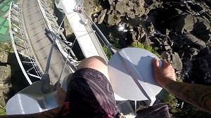 Przerażający skok z ponad 20 metrowego mostu do rzeki