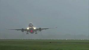 Samolot walczy z wiatrem przy próbie lądowania w Holandii