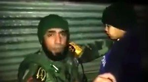 Iracki żołnierz zdejmuje pas szahida z siedmiolatka