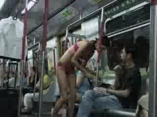 Zmiana ubrań w metrze