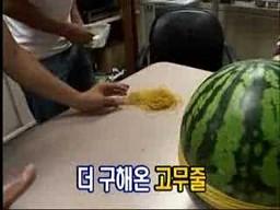 Ciekawostka z azjatyckiej telewizji: ozdabianie arbuza