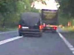 Policja daje przykład bezpiecznej jazdy