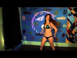 Utalentowana dziewczyna ze świecącym hula hoop
