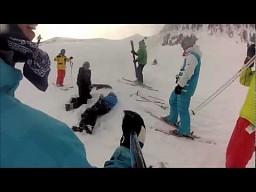 Komiczny wypadek na nartach