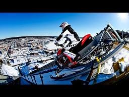 Skuterem śnieżnym ze skoczni narciarskiej