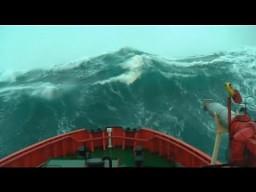 Statek przedziera się przez ogromną falę