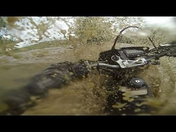 Motocyklista przejeżdża przez powódź
