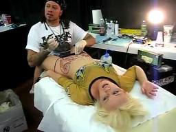 Tatuażysta robi dziewczynie tatuaż