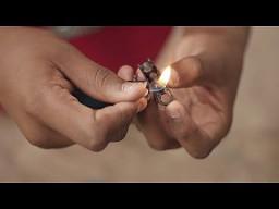 Chłopak z Jamajki robi motorek z dwóch zapalniczek