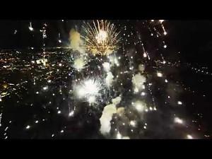 Wleciał w eksplozje fajerwerków dronem i nagrał wideo