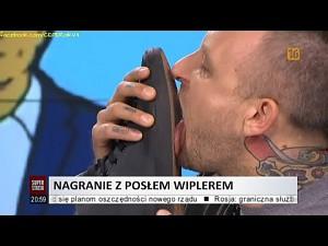 Dziennikarz dotrzymał obietnicy i lizał na wizji buty