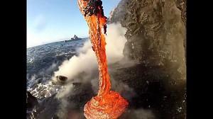 Lawa wpada do oceanu