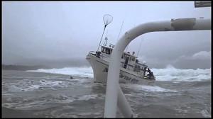 Bardzo duża fala i łódź mała