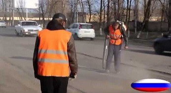Pijany pracownik przy naprawie asfaltu