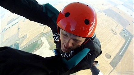 Pierwszy skok na spadochronie: ręce przykleiły się do samolotu
