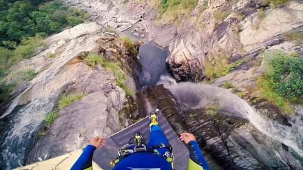 58,8m w dół i uderzenie o wodę z prędkością 123km/h