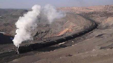 Chińska lokomotywa załadowana węglem