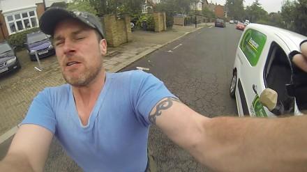 Szalony kierowca atakuje niewinnego rowerzystę