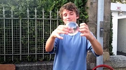 Tego chłopaka nie obowiązuje grawitacja. Żonglowanie bez odrywania kuli od dłoni