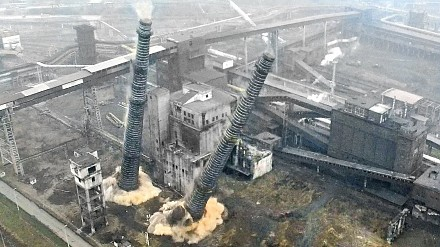 Równoczesne wyburzenie dwóch kominów w Krakowie