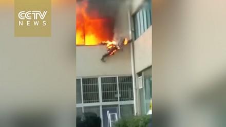 Osaczony przez ogień strażak skacze z okna