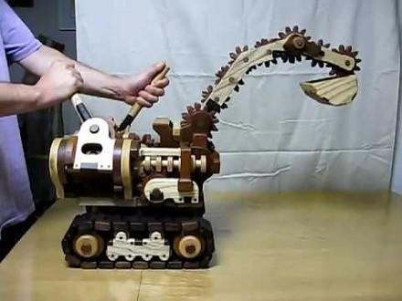 Drewniana koparka na gąsienicach i z zębatkami