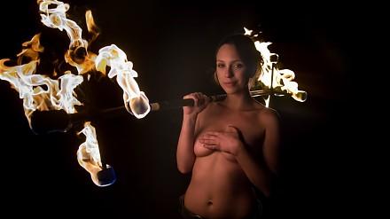 Ognista kobieta w pięknym fireshow