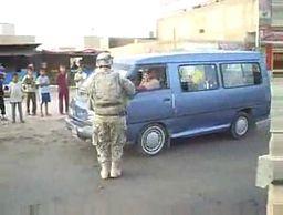 Amerykańscy żołnierze myją szyby Irakijczykom