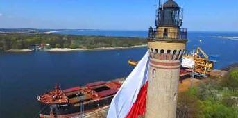 Ogromna flaga Polski na latarni morskiej w Świnoujściu