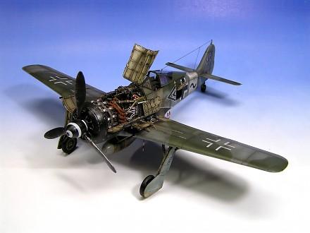 Ręczne składanie modelu samolotu Fw-190. Ogromna liczba detali