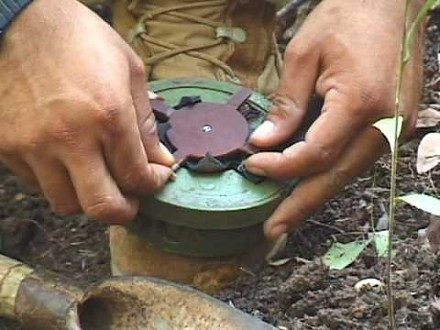 Ręczne rozbrajanie min przeciwpiechotnych