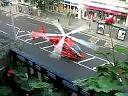 Lądowanie lotniczego pogotowia ratunkowego na zamkniętej ulicy między budynkami