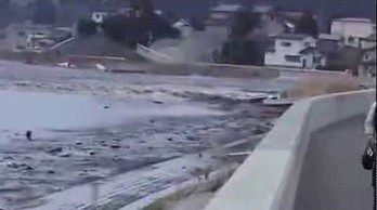 Nagranie tsunami widziane z BARDZO bliska