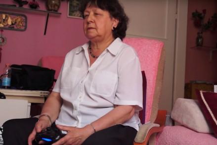 Czasy się zmieniają: oto babcia Bogusia, która uwielbia grać na konsoli