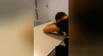 Profesor przyłapał studenta na spaniu. Po takiej pobudce więcej już nie zaśnie na zajęciach