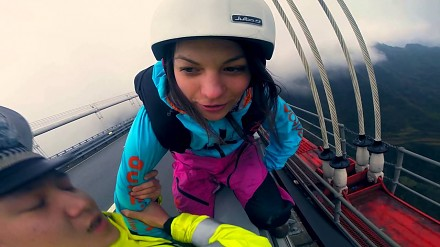 Bojowniczka, która chce skoczyć z mostu w starciu z policjantami