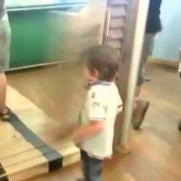 Dzieciak dostaje drzwiami - remixy