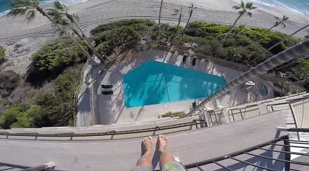 Skok do basenu z dachu hotelu
