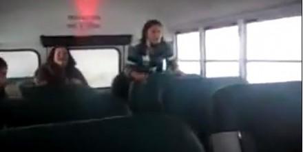 Ta dziewczyna udowodni ci, dlaczego w każdym autobusie powinny być pasy bezpieczeństwa