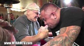 70 letni dziadek siłuję się na rękę z koksem
