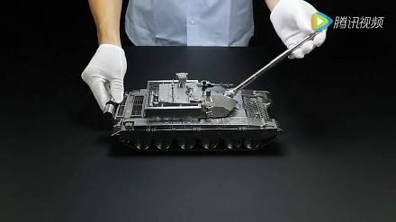 Model czołgu z metalu