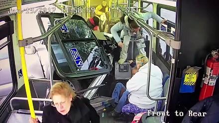 Pickup wbił się w autobus! Pasażer w ostatniej chwili uniknął śmierci
