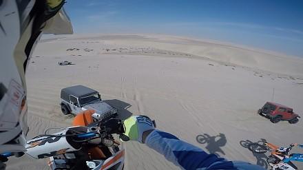 Kiedy skaczesz sobie na motorze po wydmach, a tu nagle jeep