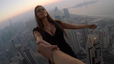 Odważna i piękna Rosjanka szaleje na szczytach wieżowców w Dubaju