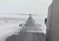 Pilot śmigłowca wojskowego ląduje na szosie, by spytać o drogę